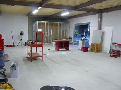 奥に見えるのが木工室、建設中!