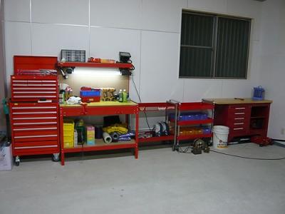赤の工具箱が並ぶとクルマ関連の店って感じがしますね♪